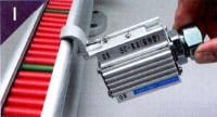 センサーに取り付けてあるブラケットを指示器本体に引っ掛ける