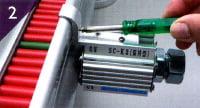 指示器側面のレールにはめ込み、センサーの位置を決め固定する